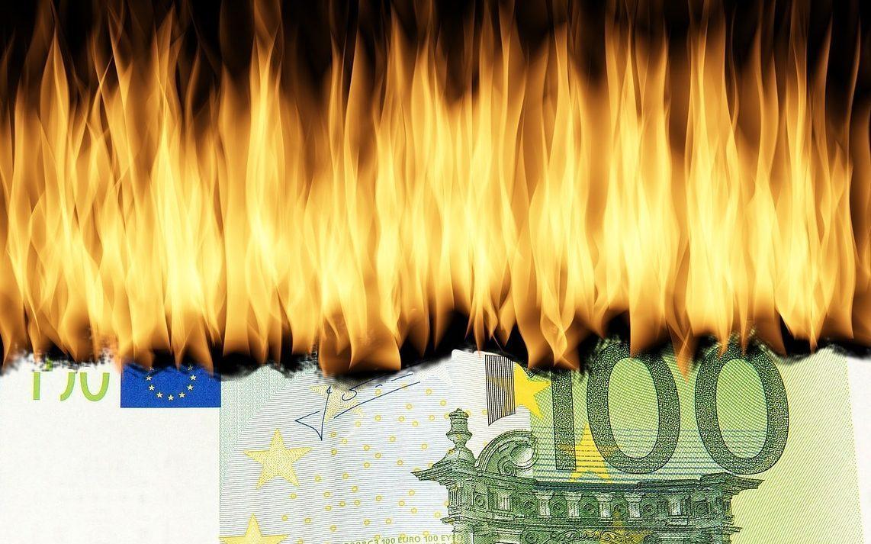 Vermögensberatung brennender Geldschein