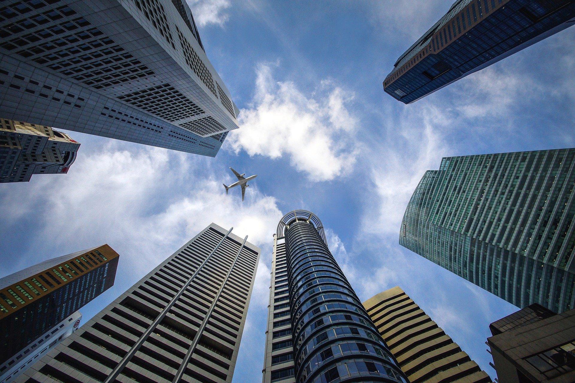 Vermögensverwalter Hochhäuser Flugzeug im Himmel