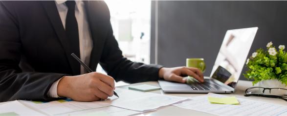 dauerhafte Beobachtung Laptop und Dokumente auf Tisch