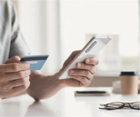 Kaufen oder warten Bankkarte und Smartphone