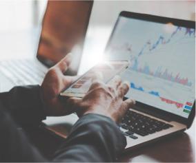 Geldanlage Kursverlauf auf Laptop und Smartphone